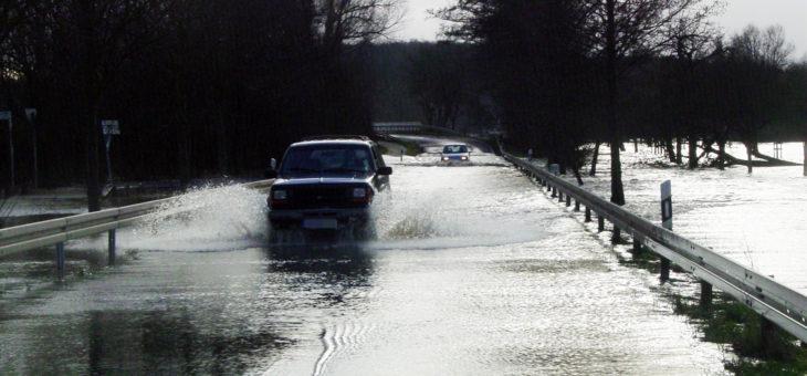 KFZ Versicherung: Gerichtsstreit wegen Fahrt durch Wasser
